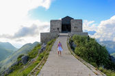 Eski binalar yüksek bulutlar — Stok fotoğraf
