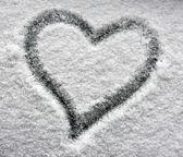 Herz auf verschneiten fenster — Stockfoto