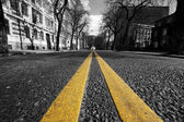 Double yellow lines in city street — Stock Photo