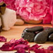 Massage stones, flowers, candles, towels. — Stock Photo