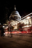 Traffic by St Paul's Cathedral at night — Stock Photo