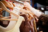 Rack av klänningar på marknaden — Stockfoto
