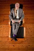 Podnikatel pracuje na křeslo — Stock fotografie