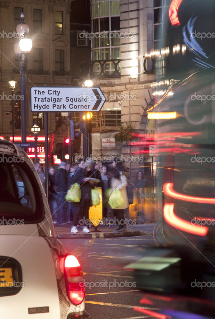Tourists consulting a map under a sign in the middle of a crossing in Piccadilly Circus, London. — Stock Photo #10464522