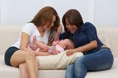 Zwei Schwestern spielen mit einem Baby — Stock Photo