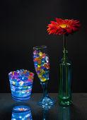 Gerbera en gel ballen in de glazen. — Stockfoto