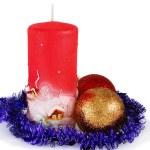 décoration de Noël avec deux boules et bougie sur blanc — Photo