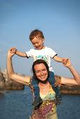 Moeder en kind aan de kust — Stockfoto