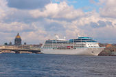 Cruise ship. River Neva, St.Petersburg, Russia — Stock Photo
