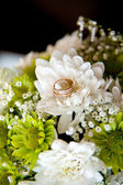 Gold rings on the bouquet Suite — Stock Photo