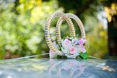 Decorar un coche de boda - anillos de boda — Foto de Stock
