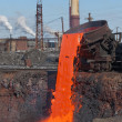 The molten steel is poured into the slag dump. — Stock Photo