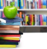 Boeken en apple — Stockfoto