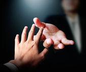 Ayudando en el negocio de la mano — Foto de Stock