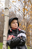 The child stands about a tree — Stock Photo