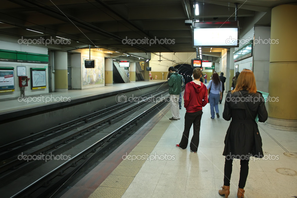Passengers waiting the subway — Stock Photo #10312083