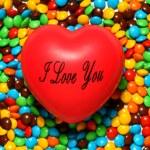 macia coração vermelho sobre fundo de doces — Foto Stock