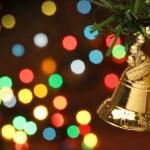 campana de Navidad colgando de un árbol de rama — Foto de Stock