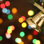 Boże Narodzenie dzwon wisi na drzewie oddział — Zdjęcie stockowe