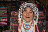 Lahu stará žena s černými zuby kvůli žvýkání byliny. — Stock fotografie