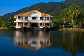 Tropical hotel på sjön, thailand — Stockfoto