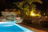 Luxusní resort s bazénem v noci — Stock fotografie