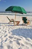En tom stol vid stranden — Stockfoto