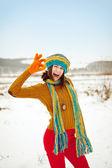 La joven en el invierno en la nieve — Foto de Stock