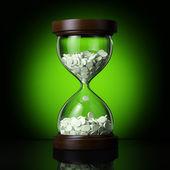 Antiguo reloj de arena con pastillas — Foto de Stock
