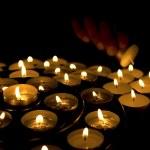 encender las velas de la mano — Foto de Stock