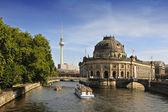Presagie el museo en la isla de los museos con la torre de tv en segundo plano, berlín — Foto de Stock