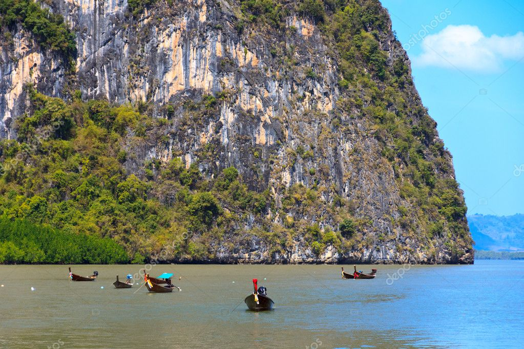 Traditional thai boats in  James Bond islands (Ko Tapu). Phang Nga, Thailand — Stock Photo #10351515