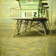 Aged lifeguard tower on beach — Stock fotografie