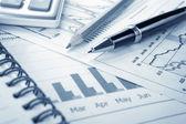Achtergrond van zakelijke grafiek en een pen — Foto de Stock