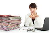 молодой бизнес женщина с ноутбуком и много бумаги — Стоковое фото