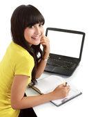 Estudiante con una laptop y portátiles — Foto de Stock
