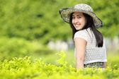 Молодая женщина расслабляющий в саду — Стоковое фото