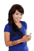 彼女の携帯電話上のアジアの女性のテキスト — ストック写真