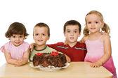 Kinder mit kuchen — Stockfoto