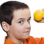 pojke med citron — Stockfoto
