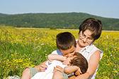 Famiglia nell'erba — Foto Stock