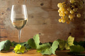 Glass with White Wine and Grapes — Stock Photo