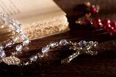 серебряный розария с старая книга — Стоковое фото