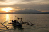 Sunrise above volcano Rinjani with fishing boat, Lombok — Stock Photo