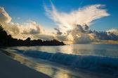 Le onde dell'oceano e il sorgere del sole — Foto Stock