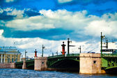 Limpid river Neva surrounded by majestic architecture and great bridge.. — Stock Photo