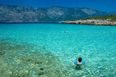 Toddler looking at the turquoise coloured sea — Stock Photo