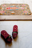 Bath clogs in front of a felt doormat at a Turkish hamam — Stock Photo