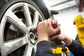 Servicio de neumáticos en mecánico — Foto de Stock