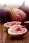 Całe lub posiekane figi — Zdjęcie stockowe